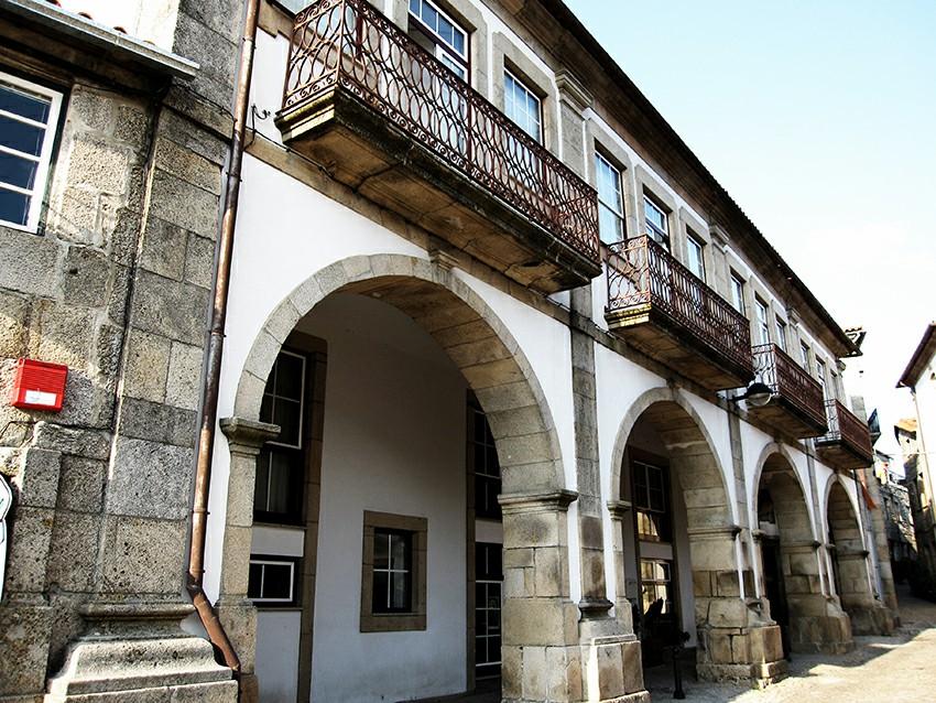 Casa dos Arcos situada à Praça do Pelourinho em Trancoso a - Descubra 7 destinos de viagem que vão bombar em 2018