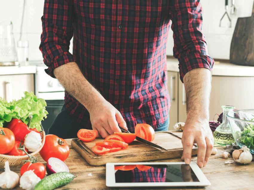 iStock 653808726 - Homens na cozinha: dicas para você se aprofundar no assunto