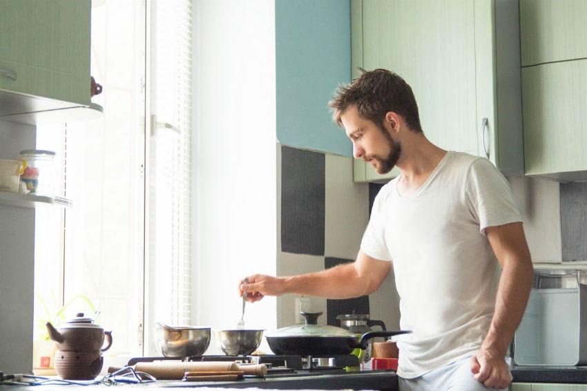 iStock 684056192 - Homens na cozinha: dicas para você se aprofundar no assunto
