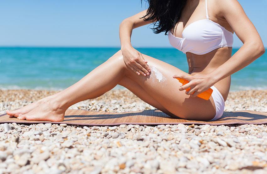 sunscreen application woman white bikini - 5 dicas incríveis de cuidados durante o inverno