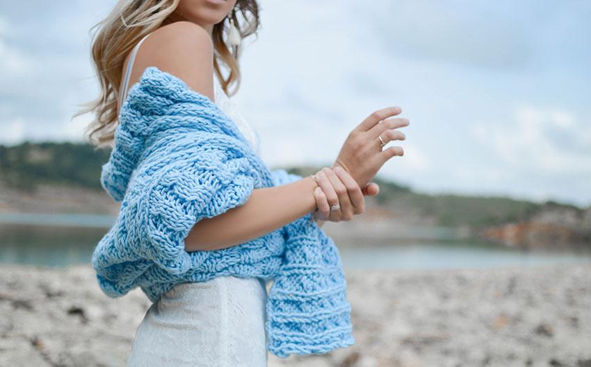tricot azul - Tendência do tricô: como enfrentar o inverno cheia de estilo