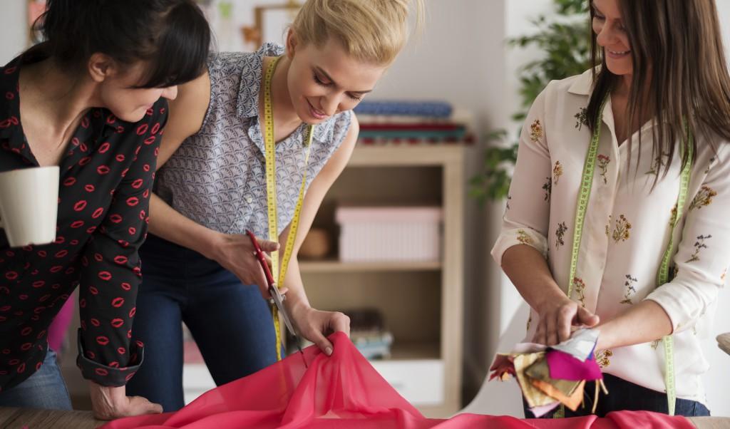 CUSTOMIZAÇÃO CAPA - Enjoou do closet? 5 customizações de roupas pra fazer agora!