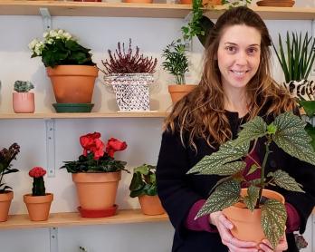 Marina Tadeu segurando uma planta