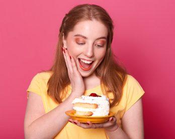 Moça sorridente- pedaço de bolo- confeitaria descomplicada- cozinhar