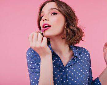 Look novo: 3 maquiagens para iniciantes fáceis de aplicar - Mulher passando o batom