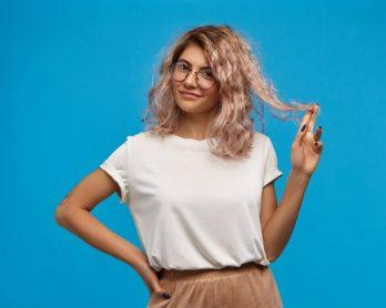 Beauty Hair: hidratação para cabelo ressecado em poucos passos - Mulher com uma blusa branca segurando o cabelo
