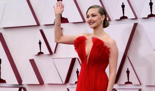 Looks do Oscar 2021: os que mais bombaram no red carpet! - Atriz Amanda Seyfried usando um vestido vermelho com decote em v