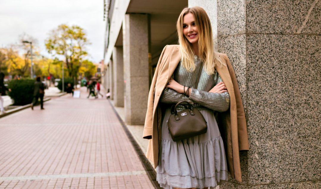 Outono/Inverno de A a Z: todas as peças e tendências - Mulher usando um vestido cinza e um casaco