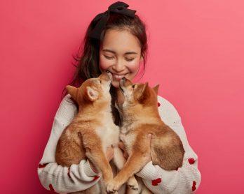 Pet lover: como adotar um animal com consciência? - Mulher com dois filhotes