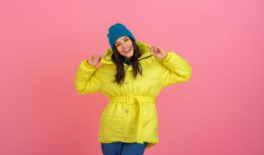 Coloriu! Conheça as 5 cores do inverno 2021 - garota usando pantalona amarela