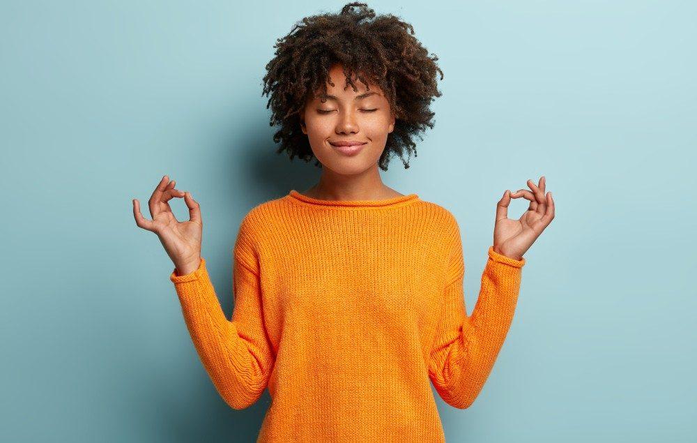 Chakras desequilibrados: o que são e como alinhá-los? - Mulher meditando