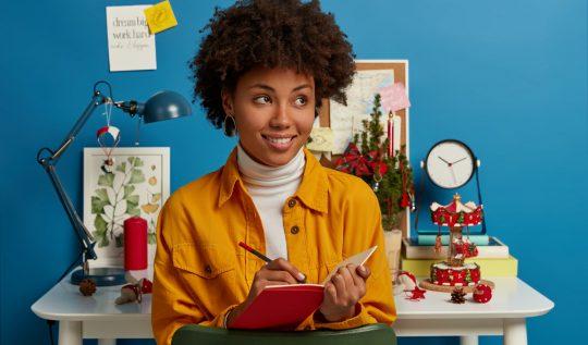 Guia de Iluminação: o que você precisa saber para criar um décor incrível - mulher decorando studio