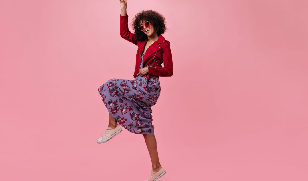 Mulher com estampa floral na roupa